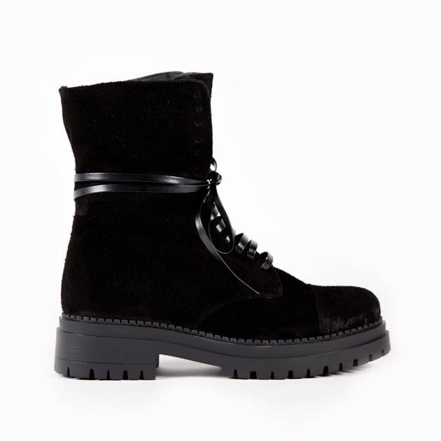 Ботинки черного цвета с декоративной шнуровкой