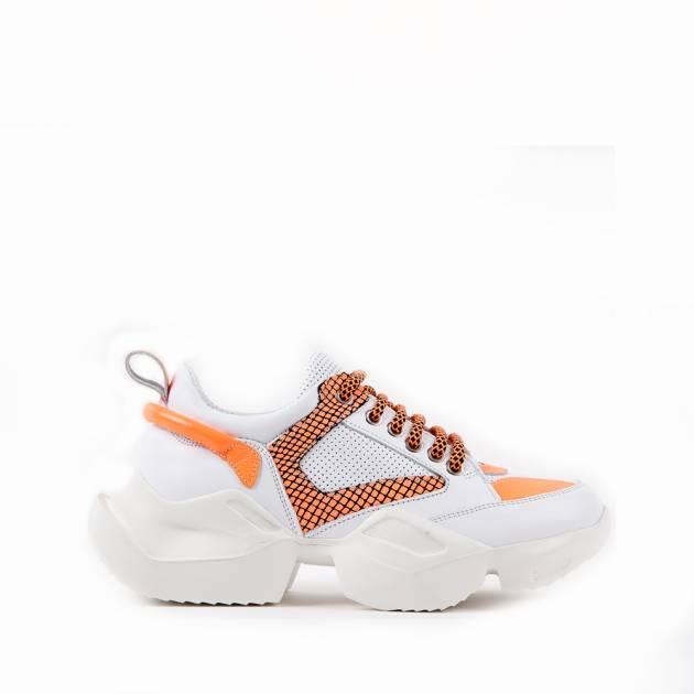 Кроссовки из кожи белого цвета с ярко-оранжевыми вставками