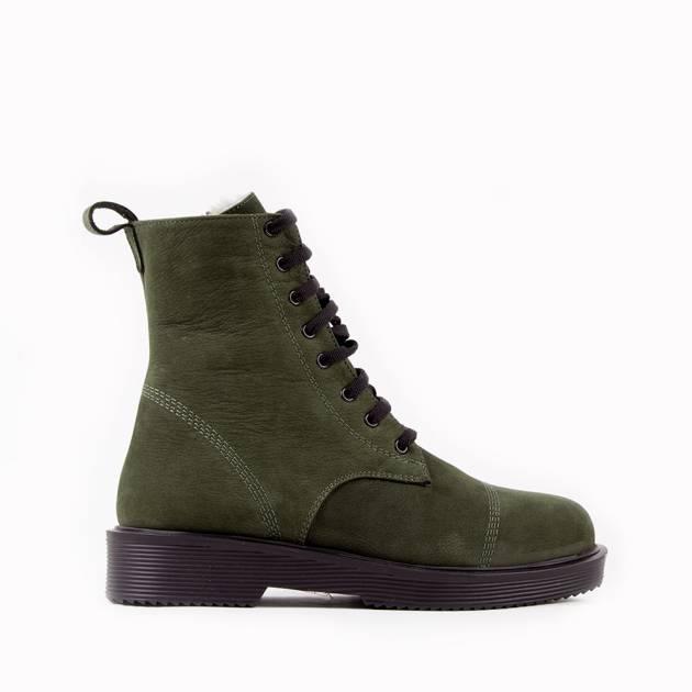 Ботинки из натурального нубука цвета хаки с контрастной черной шнуровкой