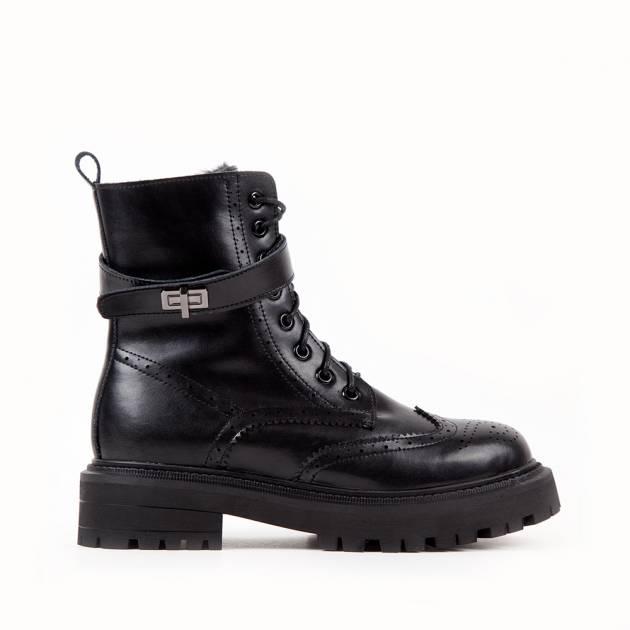 Ботинки из кожи чёрного цвета на шнуровке и подошве с протектором