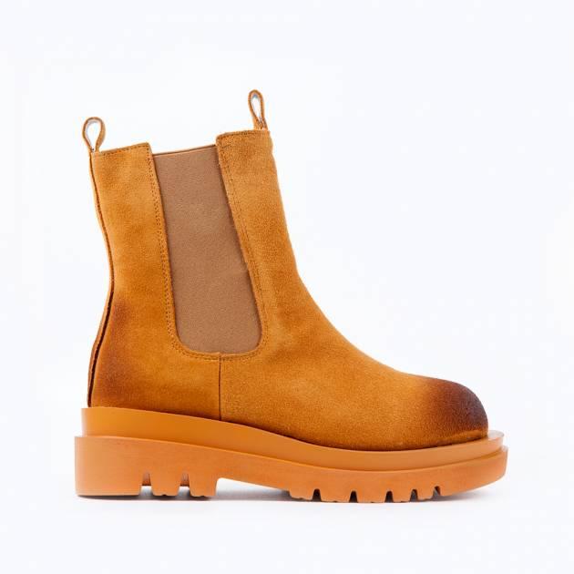 Высокие ботинки из замши песочного цвета