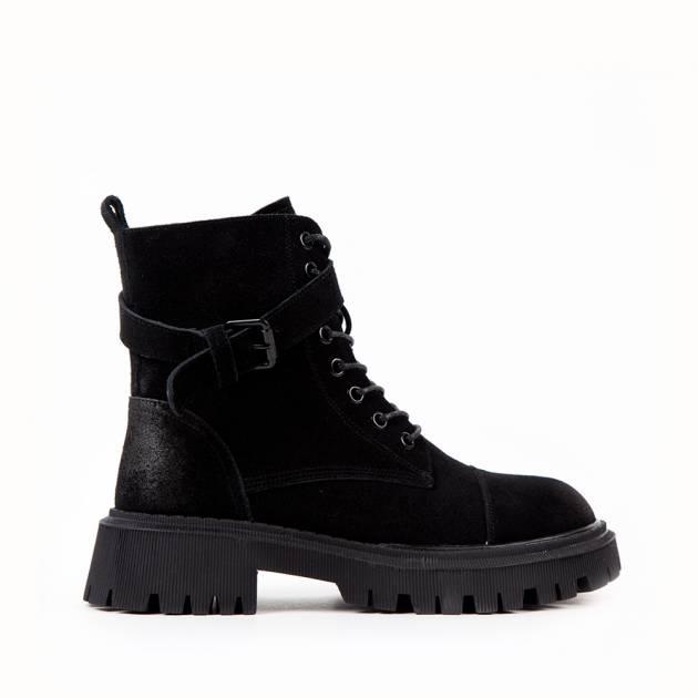 Ботинки из замши чёрного цвета на подошве с протектором