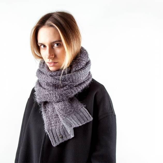 Шерстяной шарф серого цвета с длинным ворсом