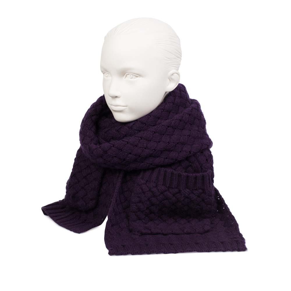 Объемный шарф темно-фиолетового цвета с плетеным узором