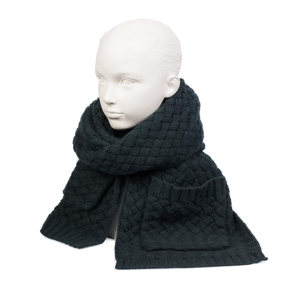Объемный шарф темно-зеленого цвета с плетеным узором