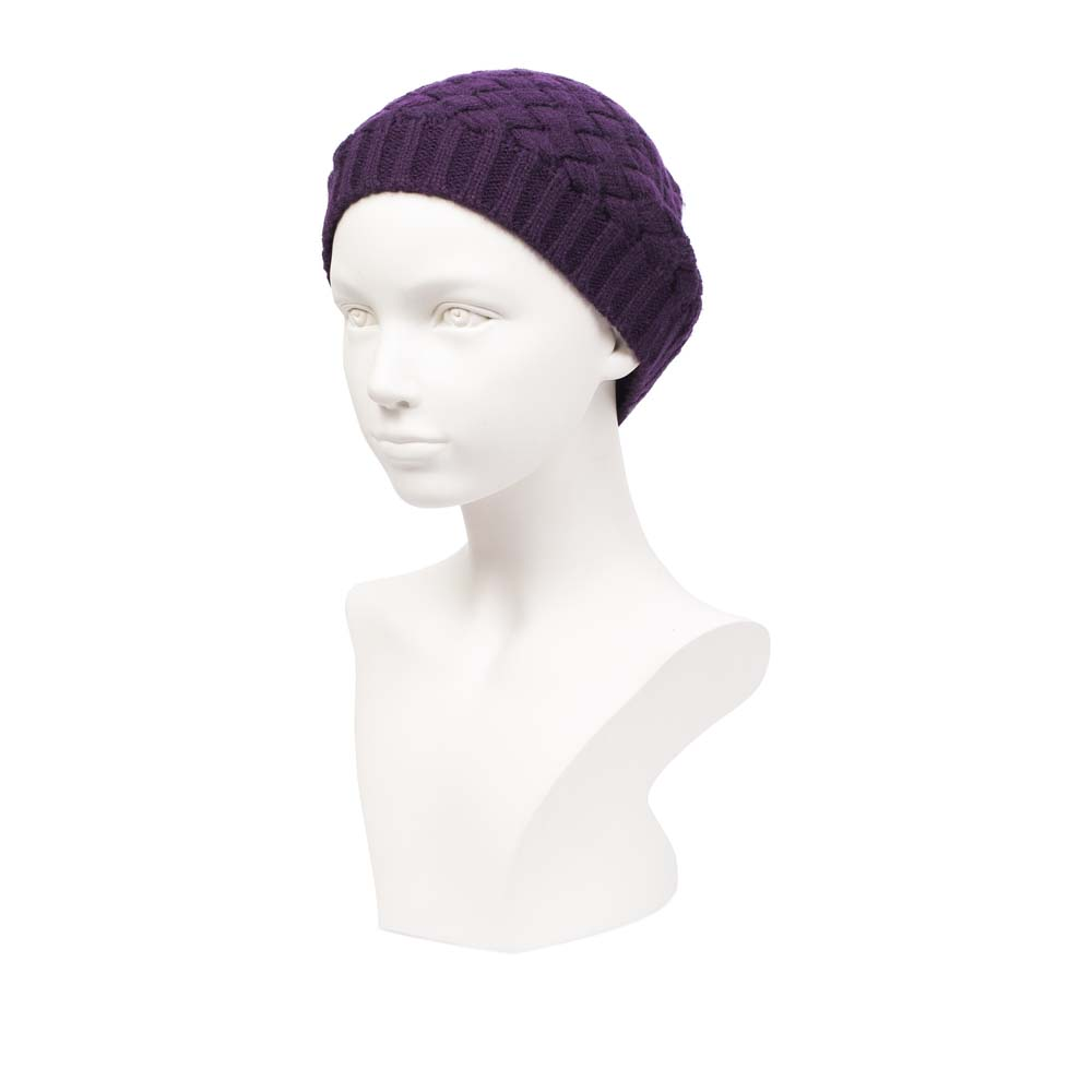 Шапка из шерсти фиолетового цвета с плетеным узоромШапка <br><br><br>Материал верха: 75% Шерсть, 25% Акрил<br><br>Цвет: Фиолетовый<br><br>Дизайн: Италия<br><br>Страна производства: Китай<br><br>Материал верха: Шерсть<br>Цвет: Фиолетовый<br>Пол: Женский<br>Вес кг: 0.06000000<br>Размер: Без размера