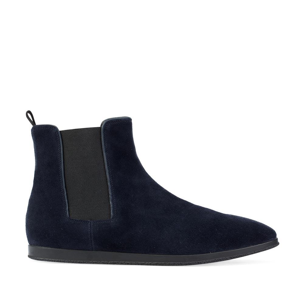 Замшевые ботинки темно-синего цвета с боковыми вставкамиБотинки мужские<br><br>Материал верха: Замша<br>Материал подкладки: Кожа<br>Материал подошвы: Резина<br>Цвет: Синий<br>Высота каблука: 0см<br>Дизайн: Италия<br>Страна производства: Китай<br><br>Высота каблука: 0 см<br>Материал верха: Замша<br>Материал подкладки: Кожа<br>Цвет: Синий<br>Пол: Мужской<br>Вес кг: 1.68000000<br>Размер обуви: 39
