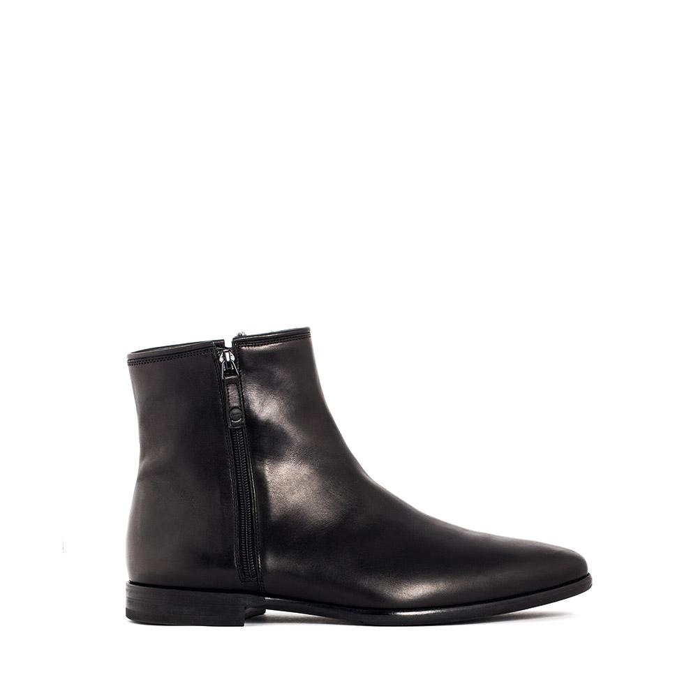 Кожаные ботинки черного цвета с мехом на молнияхБотинки мужские<br><br>Материал верха: Кожа<br>Материал подкладки: Мех<br>Материал подошвы: Кожа<br>Цвет: Черный<br>Высота каблука: 2 см<br>Дизайн: Италия<br>Страна производства: Китай<br><br>Высота каблука: 2 см<br>Материал верха: Кожа<br>Материал подкладки: Мех<br>Цвет: Черный<br>Пол: Мужской<br>Вес кг: 1.14000000<br>Размер обуви: 40