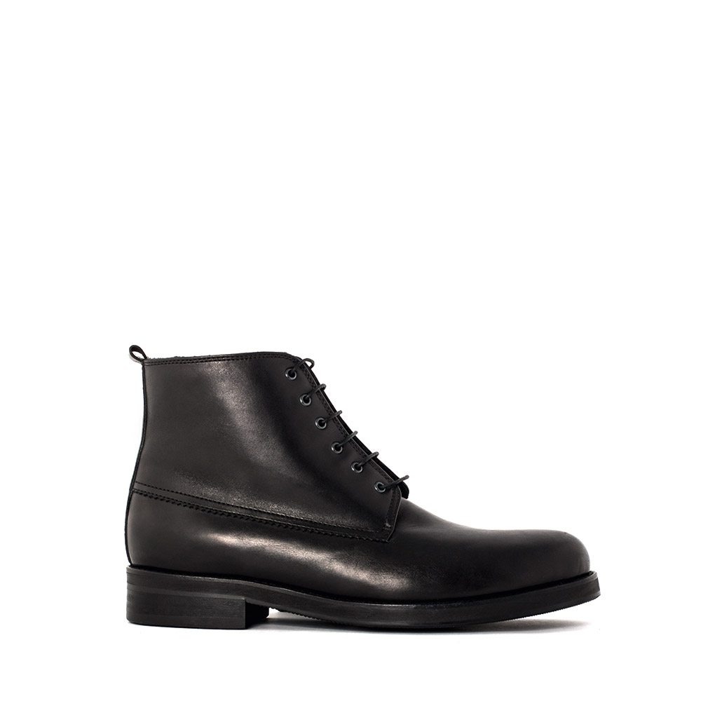 Кожаные ботинки со шнуровкой черного цвета на мехуБотинки мужские<br><br>Материал верха: Кожа<br>Материал подкладки: Мех<br>Материал подошвы: Полиуретан<br>Цвет: Черный<br>Высота каблука: 2 см<br>Дизайн: Италия<br>Страна производства: Китай<br><br>Высота каблука: 2 см<br>Материал верха: Кожа<br>Материал подкладки: Мех<br>Цвет: Черный<br>Пол: Мужской<br>Вес кг: 1.71000000<br>Размер: 39