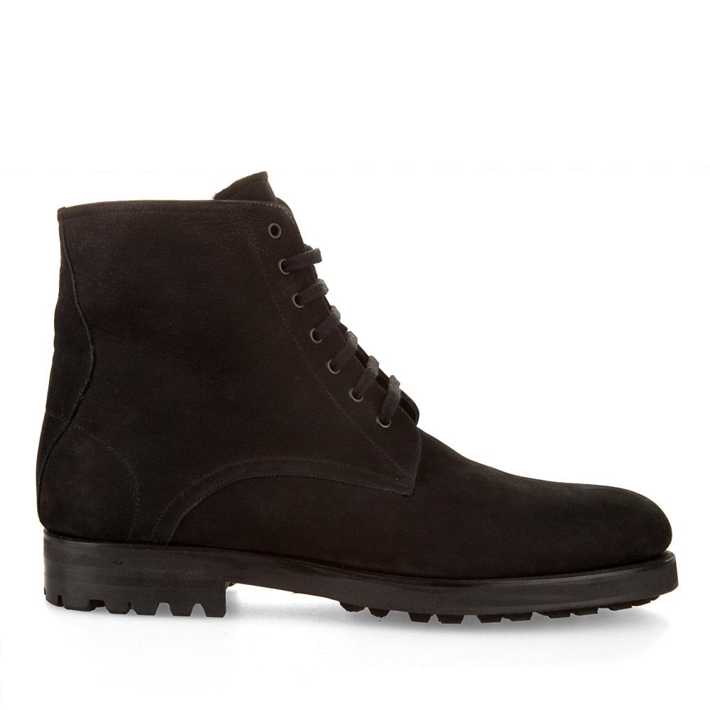 Ботинки из нубука черного цвета с мехом на протекторной подошве