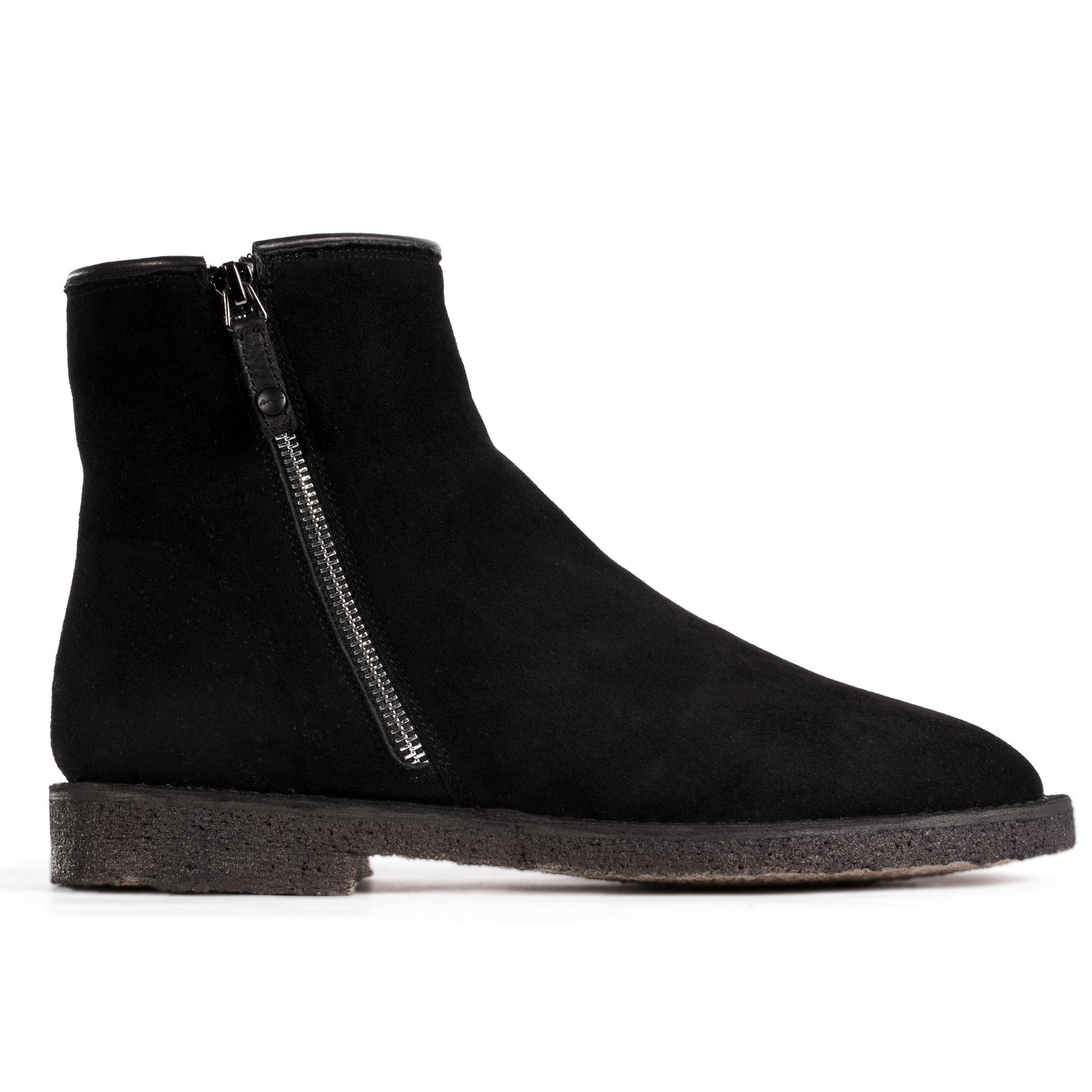 Ботинки замшевые черного цвета с молниями на мехуБотинки мужские<br><br>Материал верха: Замша<br>Материал подкладки: Мех<br>Материал подошвы: Каучук<br>Цвет: Черный<br>Высота каблука: 2 см<br>Дизайн: Италия<br>Страна производства: Китай<br><br>Высота каблука: 2 см<br>Материал верха: Замша<br>Материал подкладки: Мех<br>Цвет: Черный<br>Пол: Мужской<br>Вес кг: 0.70000000<br>Размер обуви: 39**