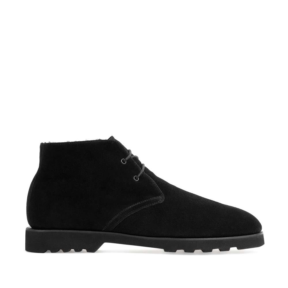Ботинки-чукка из замши черного цвета с мехом на протекторной подошве