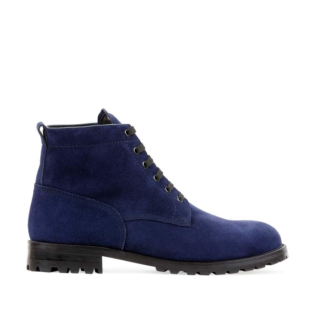 Высокие ботинки из замши цвета индиго на протекторной подошвеБотинки мужские<br><br>Материал верха: Замша<br>Материал подкладки: Кожа<br>Материал подошвы: Резина<br>Цвет: Синий<br>Высота каблука: 3 см<br>Дизайн: Италия<br>Страна производства: Китай<br><br>Высота каблука: 3 см<br>Материал верха: Замша<br>Материал подкладки: Кожа<br>Цвет: Синий<br>Пол: Мужской<br>Вес кг: 2.21600000<br>Размер обуви: 44
