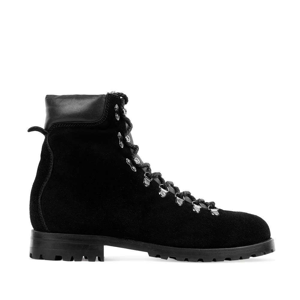 Высокие ботинки из замши черного цвета на протекторной подошве