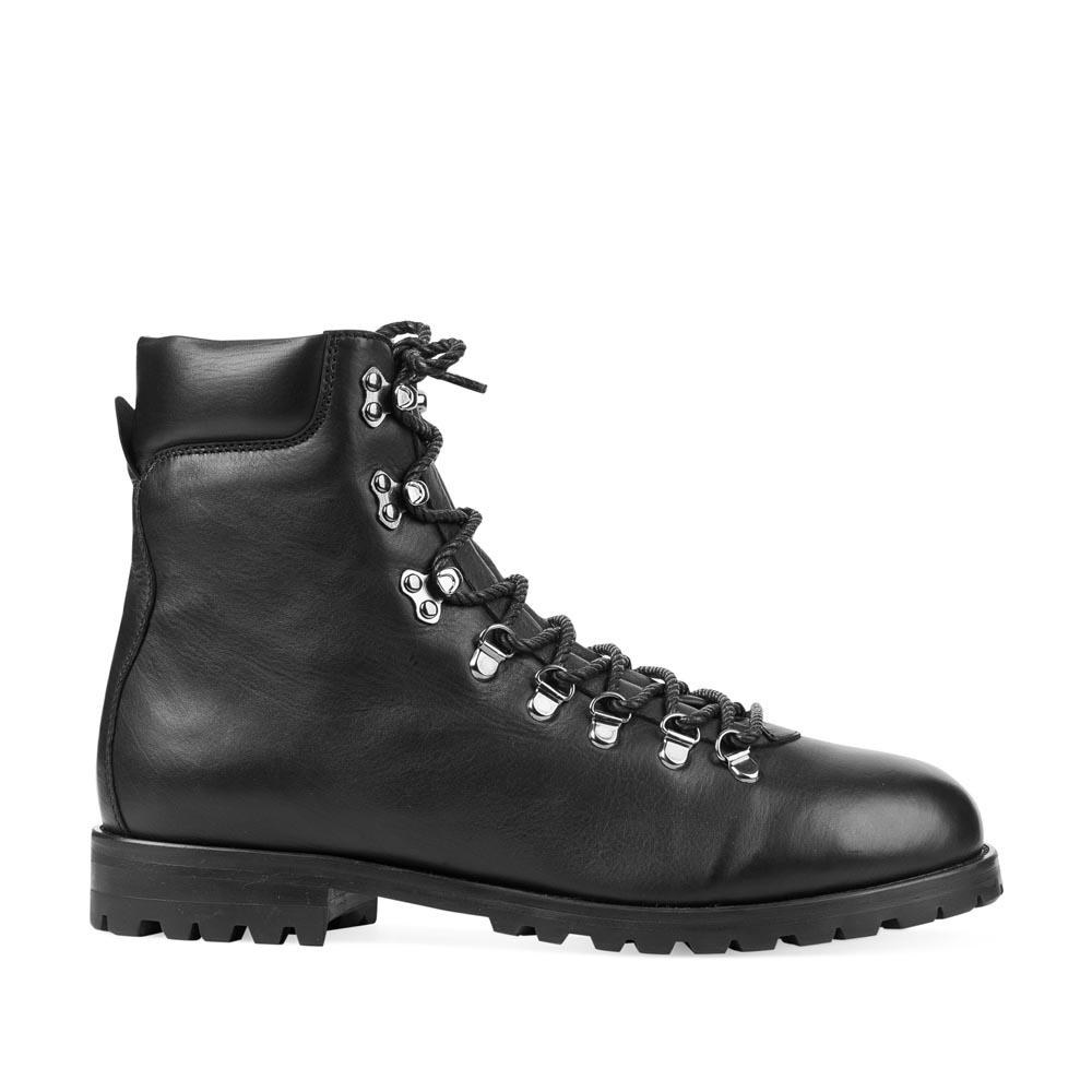 Высокие ботинки из кожи черного цвета на протекторной подошве
