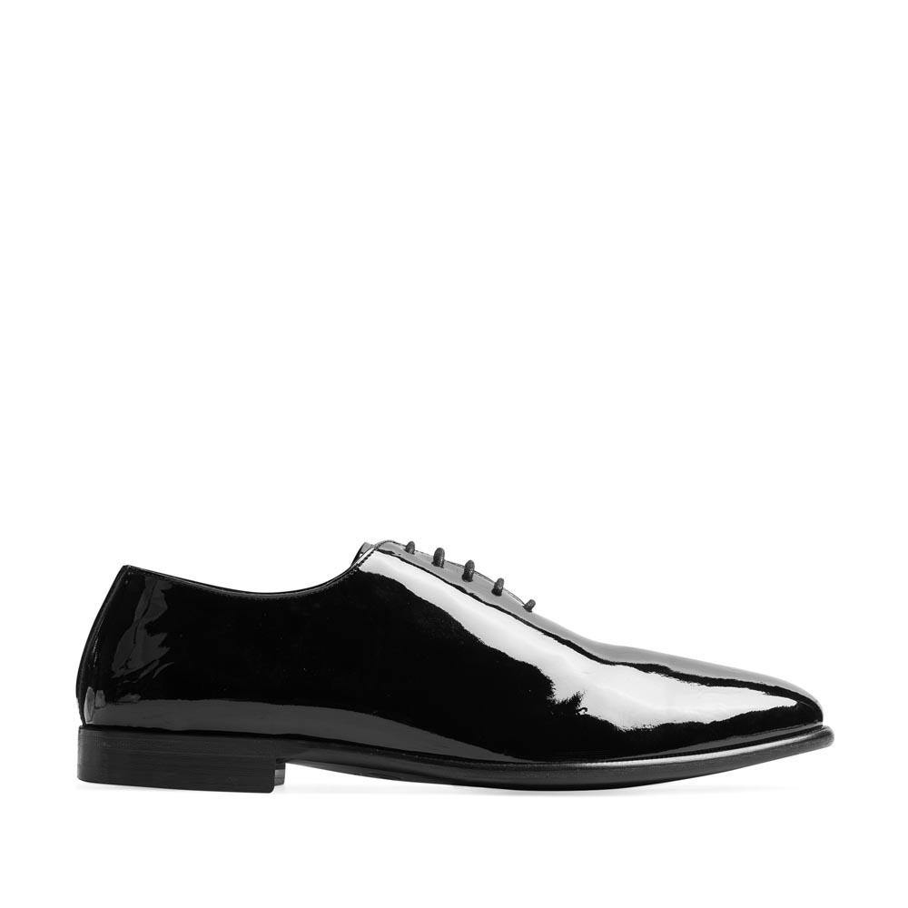 Туфли из лакированной кожи черного цвета на шнуровкеТуфли мужские<br><br>Материал верха: Лакированная кожа<br>Материал подкладки: Кожа<br>Материал подошвы: Резина<br>Цвет: Черный<br>Высота каблука: 1см<br>Дизайн: Италия<br>Страна производства: Китай<br><br>Высота каблука: 1 см<br>Материал верха: Лакированная кожа<br>Материал подкладки: Кожа<br>Цвет: Черный<br>Пол: Мужской<br>Вес кг: 1.48000000<br>Выберите размер обуви: 40