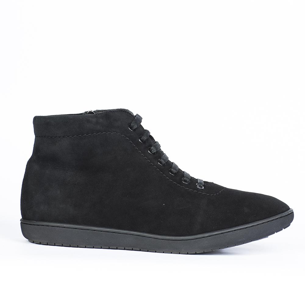Ботинки черного цвета из замши с мехом на шнуровке