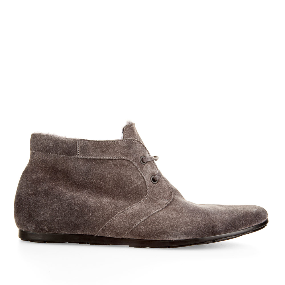Ботинки из замши дымчато-серого цвета на шнуровке с мехомБотинки мужские<br><br>Материал верха: Замша<br>Материал подкладки: Мех<br>Материал подошвы: Полиуретан<br>Цвет: Серый<br>Высота каблука: 0 см<br>Дизайн: Италия<br>Страна производства: Китай<br><br>Высота каблука: 0 см<br>Материал верха: Замша<br>Материал подкладки: Мех<br>Цвет: Серый<br>Пол: Мужской<br>Вес кг: 1.28000000<br>Размер: 44