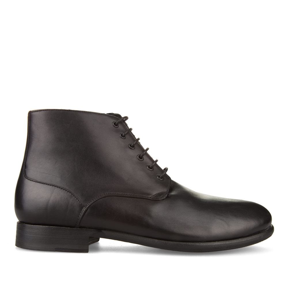 Классические ботинки из кожи черного цвета с мехом