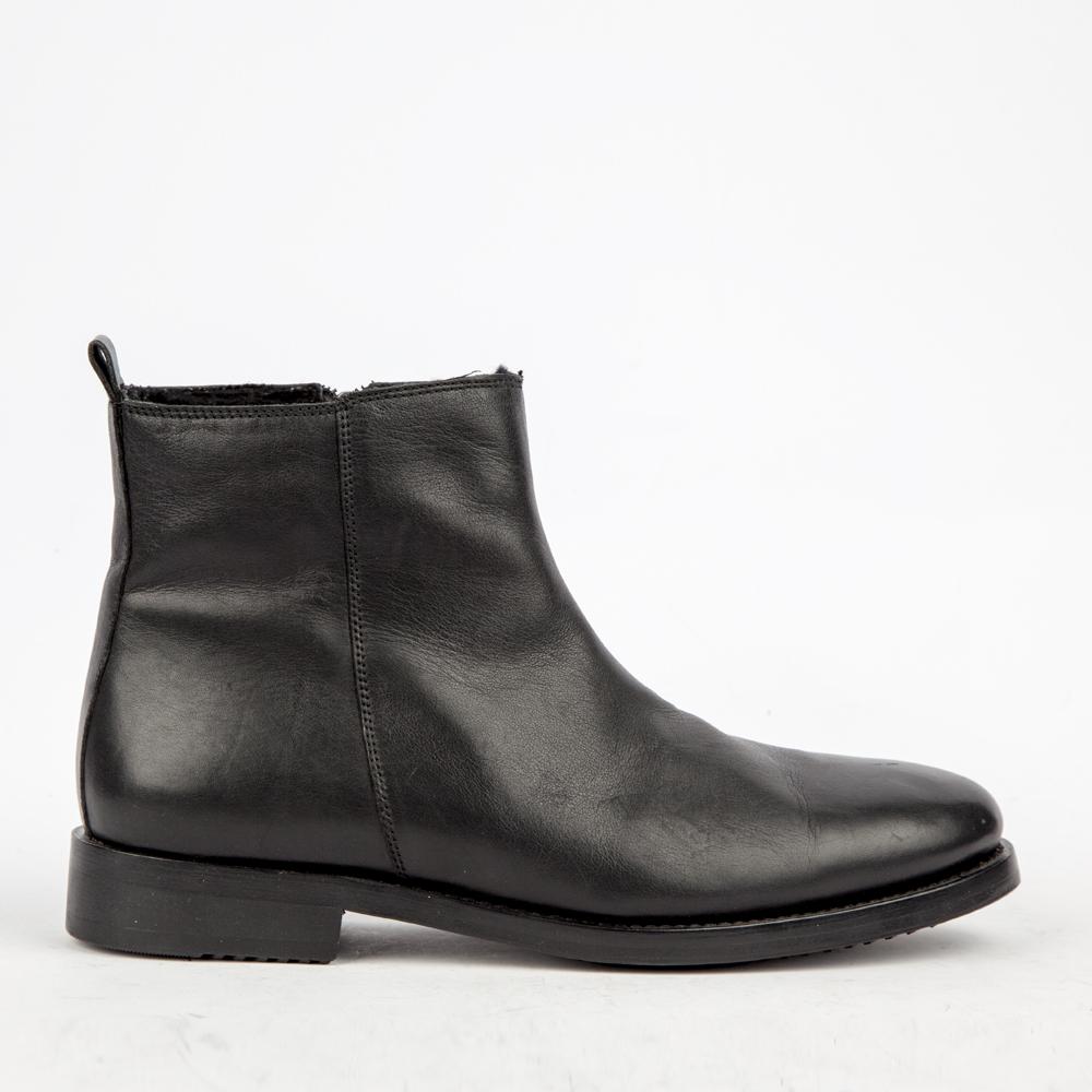 Ботинки кожаные чёрного цвета на мехуБотинки<br><br>Материал верха: Кожа<br>Материал подкладки: Мех<br>Материал подошвы: Кожа+Резина<br>Высота каблука: 2 см<br>Дизайн: Италия<br>Страна производства: КИТАЙ<br><br>Высота каблука: 2 см<br>Материал верха: Кожа<br>Материал подошвы: Кожа<br>Материал подкладки: Мех<br>Цвет: Черный<br>Пол: Мужской<br>Вес кг: 700.00000000<br>Размер обуви: 39