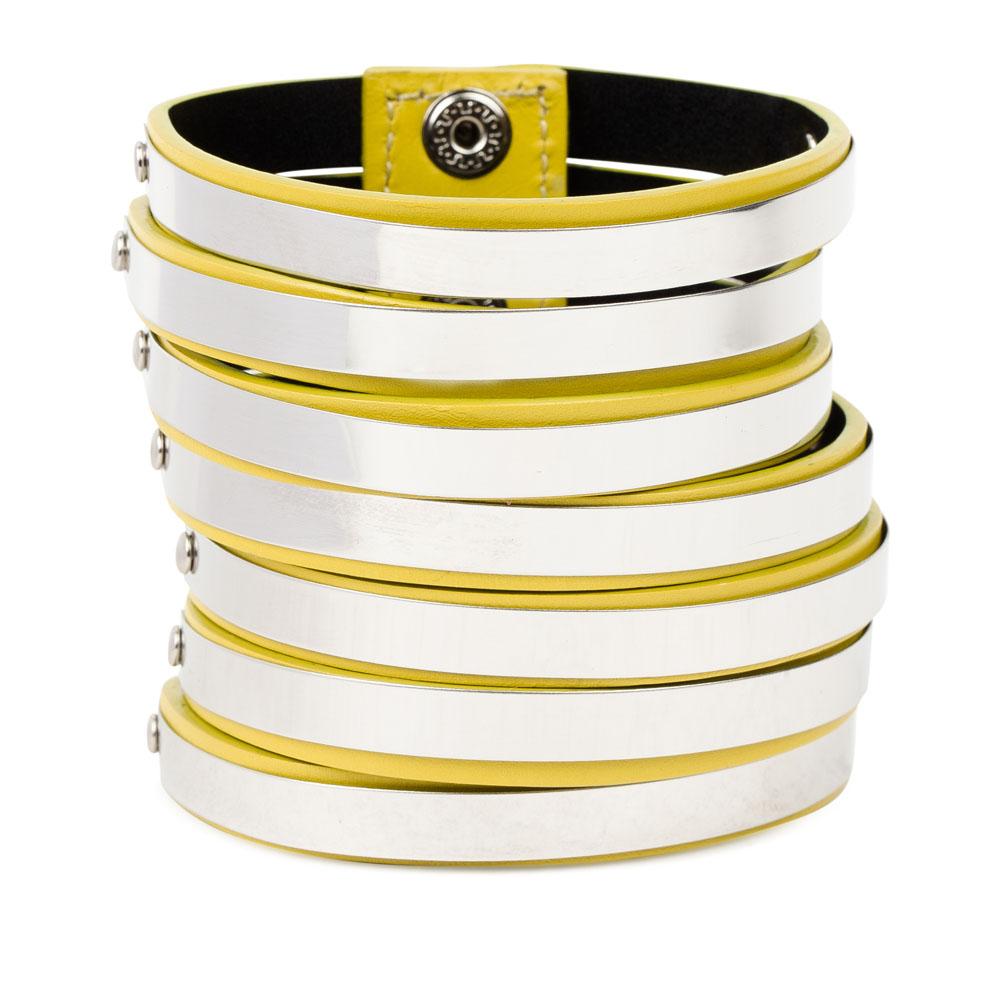Широкий браслет из кожи канареечного цвета с металлическими пластинами