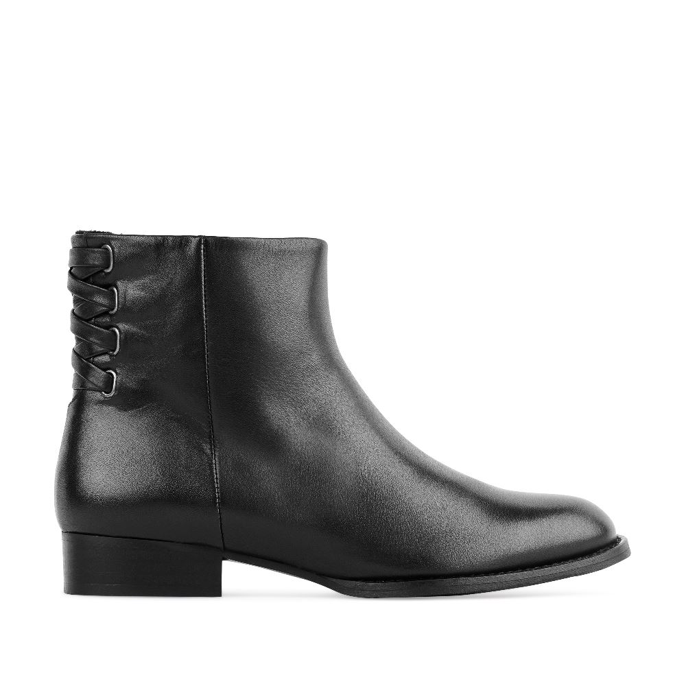 Ботинки из кожи черного цвета с декоративной шнуровкой