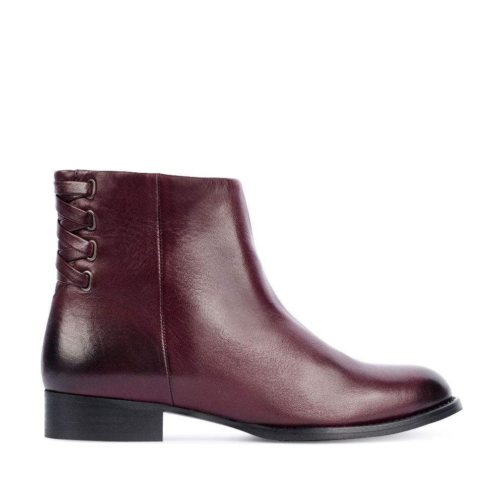 Ботинки из кожи бордового цвета с декоративной шнуровкойСапоги женские<br><br>Материал верха: Кожа<br>Материал подкладки: Текстиль<br>Материал подошвы: Кожа<br>Цвет: Бордовый<br>Высота каблука: 3см<br>Дизайн: Италия<br>Страна производства: Китай<br><br>Высота каблука: 3 см<br>Материал верха: Кожа<br>Материал подошвы: Кожа<br>Материал подкладки: Текстиль<br>Цвет: Бордовый<br>Вес кг: 1.00000000<br>Размер обуви: 39