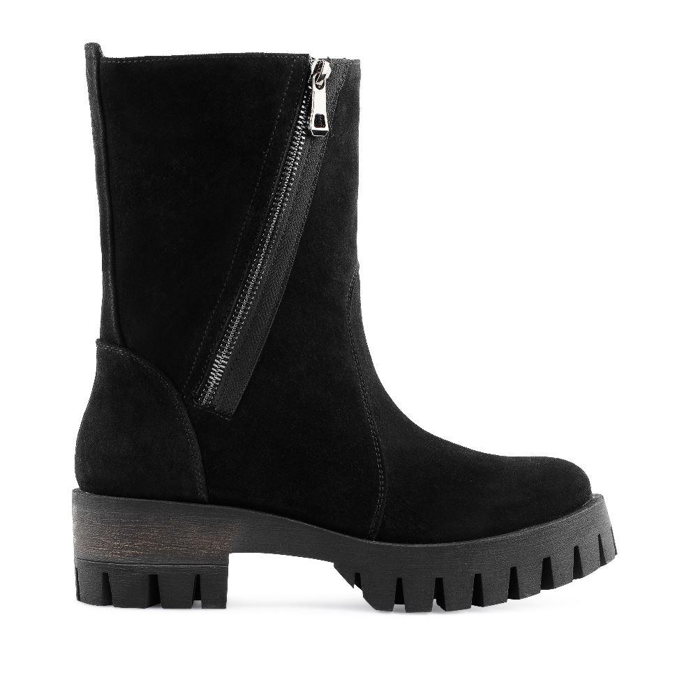 Высокие ботинки из замши черного цвета с молниейПолусапоги женские<br><br>Материал верха: Замша<br>Материал подкладки: Текстиль<br>Материал подошвы: Полиуретан<br>Цвет: Черный<br>Высота каблука: 5 см<br>Дизайн: Италия<br>Страна производства: Россия<br><br>Высота каблука: 5 см<br>Материал верха: Замша<br>Материал подкладки: Текстиль<br>Цвет: Черный<br>Пол: Женский<br>Размер: 36