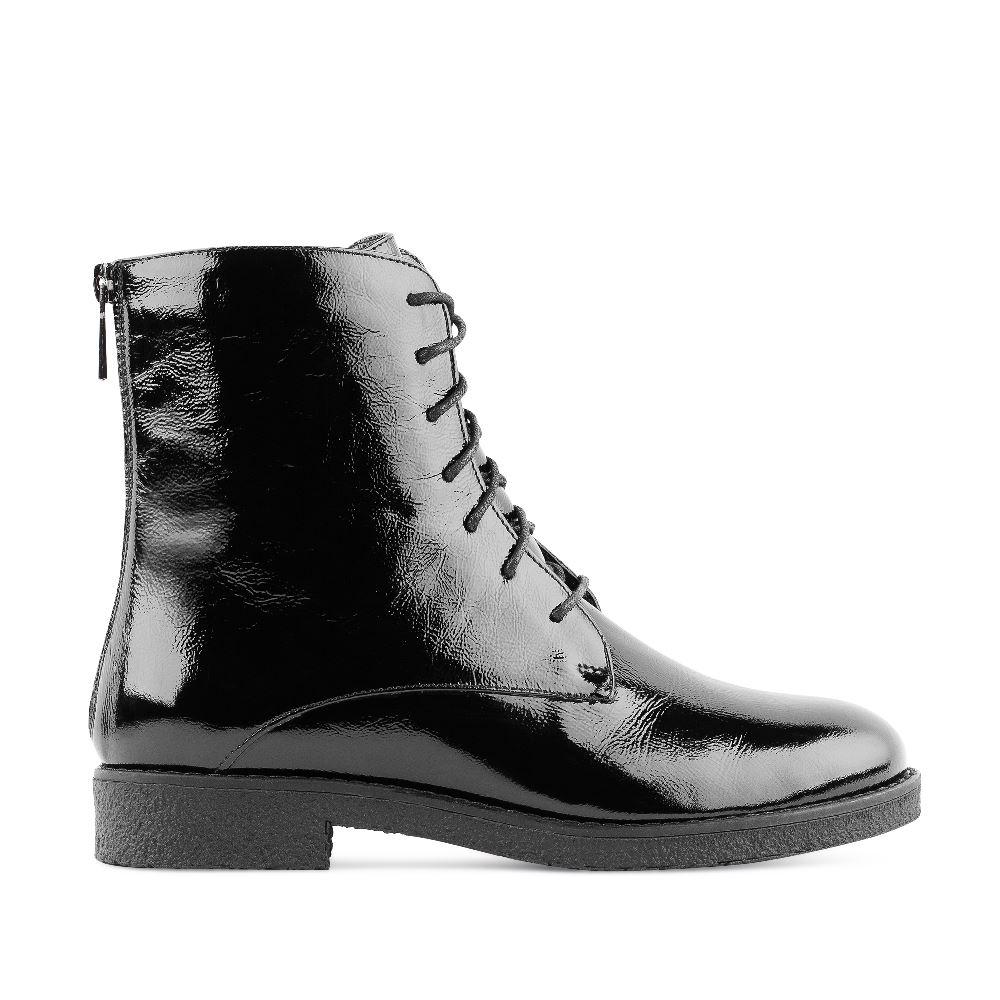 Высокие ботинки из лакированной кожи черного цвета на шнуровкеБотинки<br><br>Материал верха:Лакированная кожа<br>Материал подкладки: Текстиль<br>Материал подошвы: Полиуретан<br>Цвет: Черный<br>Высота каблука: 2 см<br>Дизайн: Италия<br>Страна производства: Россия<br><br>Высота каблука: 2 см<br>Материал верха: Лакированная кожа<br>Материал подкладки: Текстиль<br>Цвет: Черный<br>Пол: Женский<br>Размер: 39
