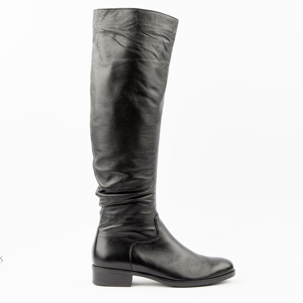 Ботфорты черного цвета из кожиБотфорты<br><br>Материал верха: Кожа<br>Материал подкладки: Текстиль<br>Материал подошвы: Кожа<br>Цвет: Черный<br>Высота каблука: 2 см<br>Дизайн: Италия<br>Страна производства: Китай<br><br>Высота каблука: 2 см<br>Материал верха: Кожа<br>Материал подкладки: Текстиль<br>Цвет: Черный<br>Пол: Женский<br>Размер обуви: 40