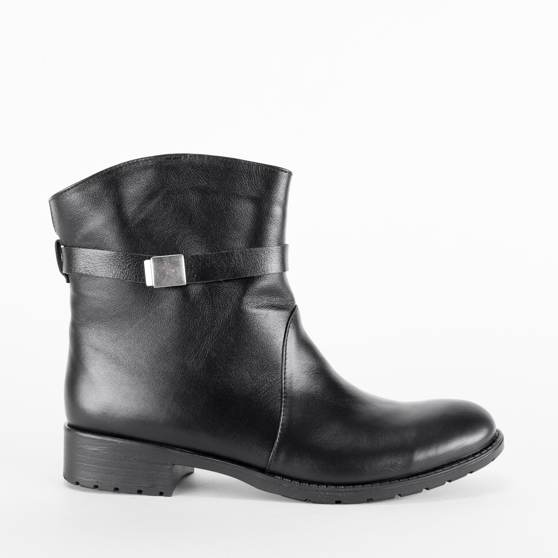 Высокие ботинки черного цвета из кожи с ремешком