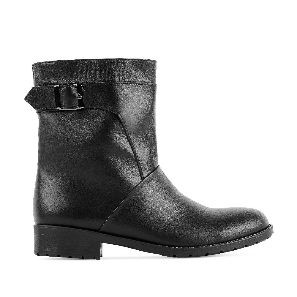 Высокие ботинки черного цвета из кожи на протекторной подошвеПолусапоги<br><br>Материал верха: Кожа<br>Материал подкладки: Текстиль<br>Материал подошвы: Полиуретан<br>Цвет: Черный<br>Высота каблука: 2 см<br>Дизайн: Италия<br>Страна производства: Китай<br><br>Высота каблука: 2 см<br>Материал верха: Кожа<br>Материал подкладки: Текстиль<br>Цвет: Черный<br>Пол: Женский<br>Размер: 36