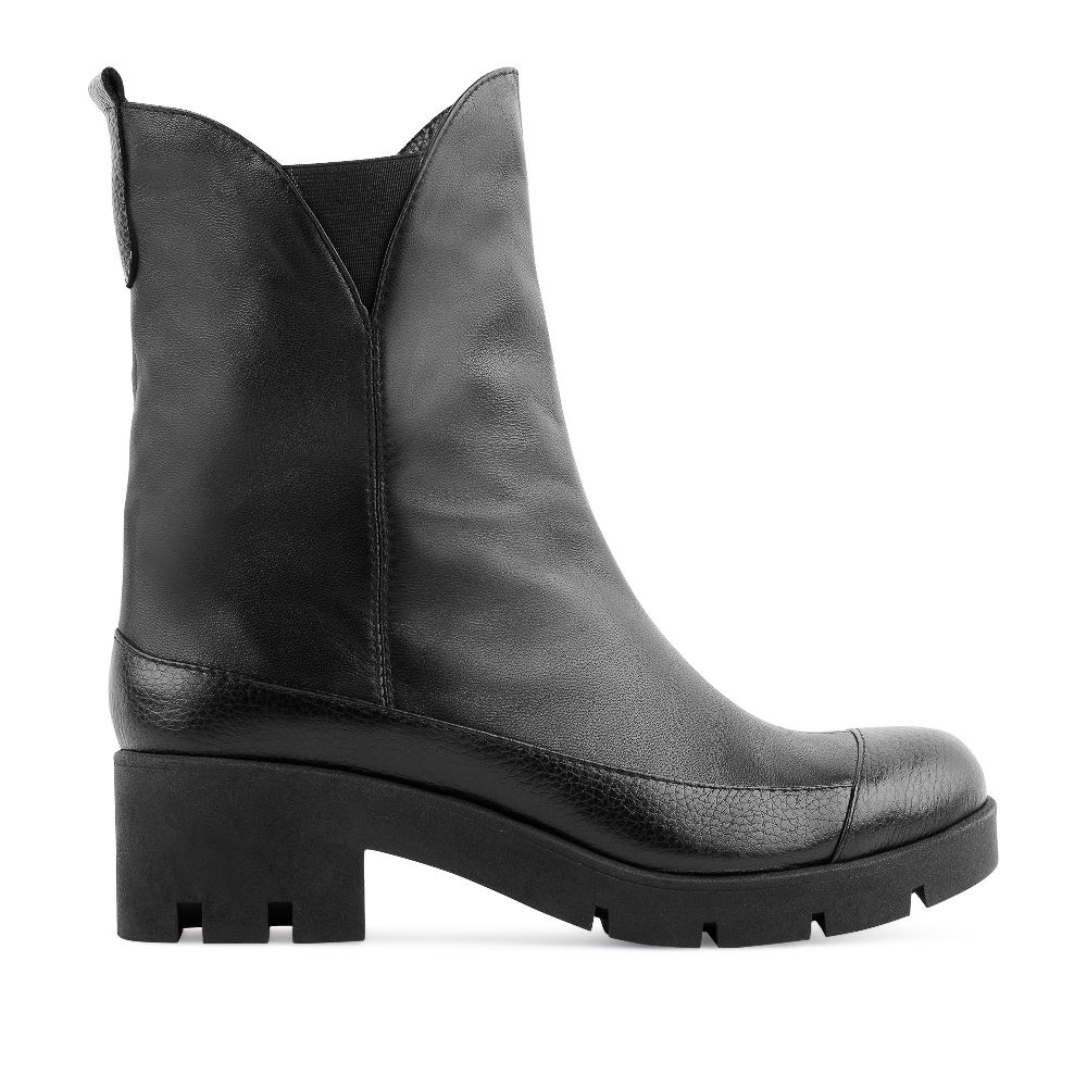 Высокие ботинки из кожи черного цветаПолусапоги<br><br>Материал верха: Кожа<br>Материал подкладки: Текстиль<br>Материал подошвы: Полиуретан<br>Цвет: Черный<br>Высота каблука: 5 см<br>Дизайн: Италия<br>Страна производства: Россия<br><br>Высота каблука: 5 см<br>Материал верха: Кожа<br>Материал подкладки: Текстиль<br>Цвет: Черный<br>Пол: Женский<br>Размер: 40