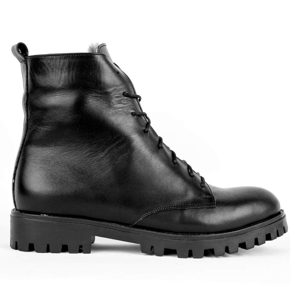 Высокие ботинки на шнуровке черного цвета с мехом