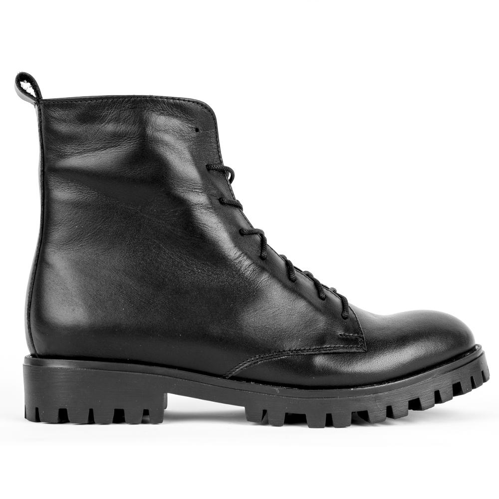 Высокие ботинки на шнуровке черного цветаБотинки<br><br>Материал верха: Кожа<br>Материал подкладки: Текстиль<br>Материал подошвы: Полиуретан<br>Цвет: Черный<br>Высота каблука: 3 см<br>Дизайн: Италия<br>Страна производства: Китай<br><br>Высота каблука: 3 см<br>Материал верха: Кожа<br>Материал подкладки: Текстиль<br>Цвет: Черный<br>Пол: Женский<br>Размер: 40