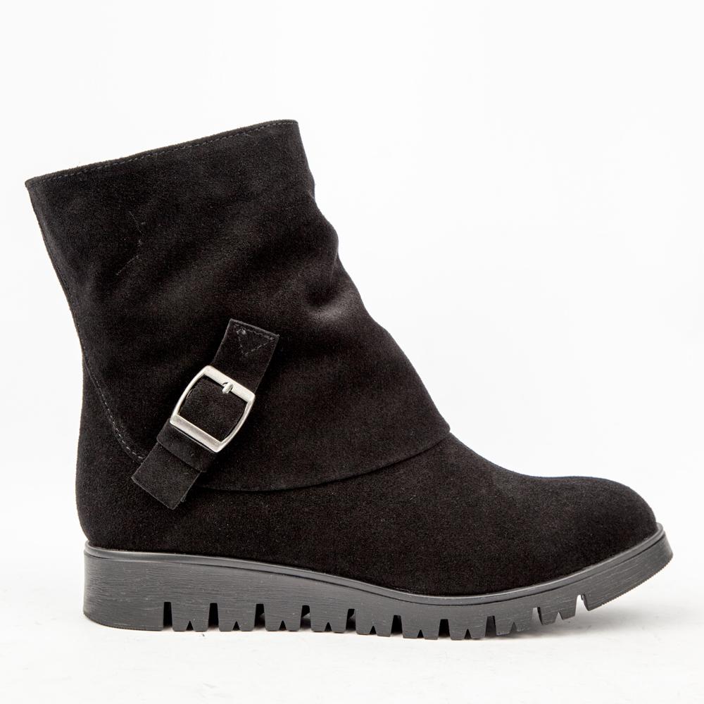 Высокие ботинки из замши черного цвета с мехом на протекторе