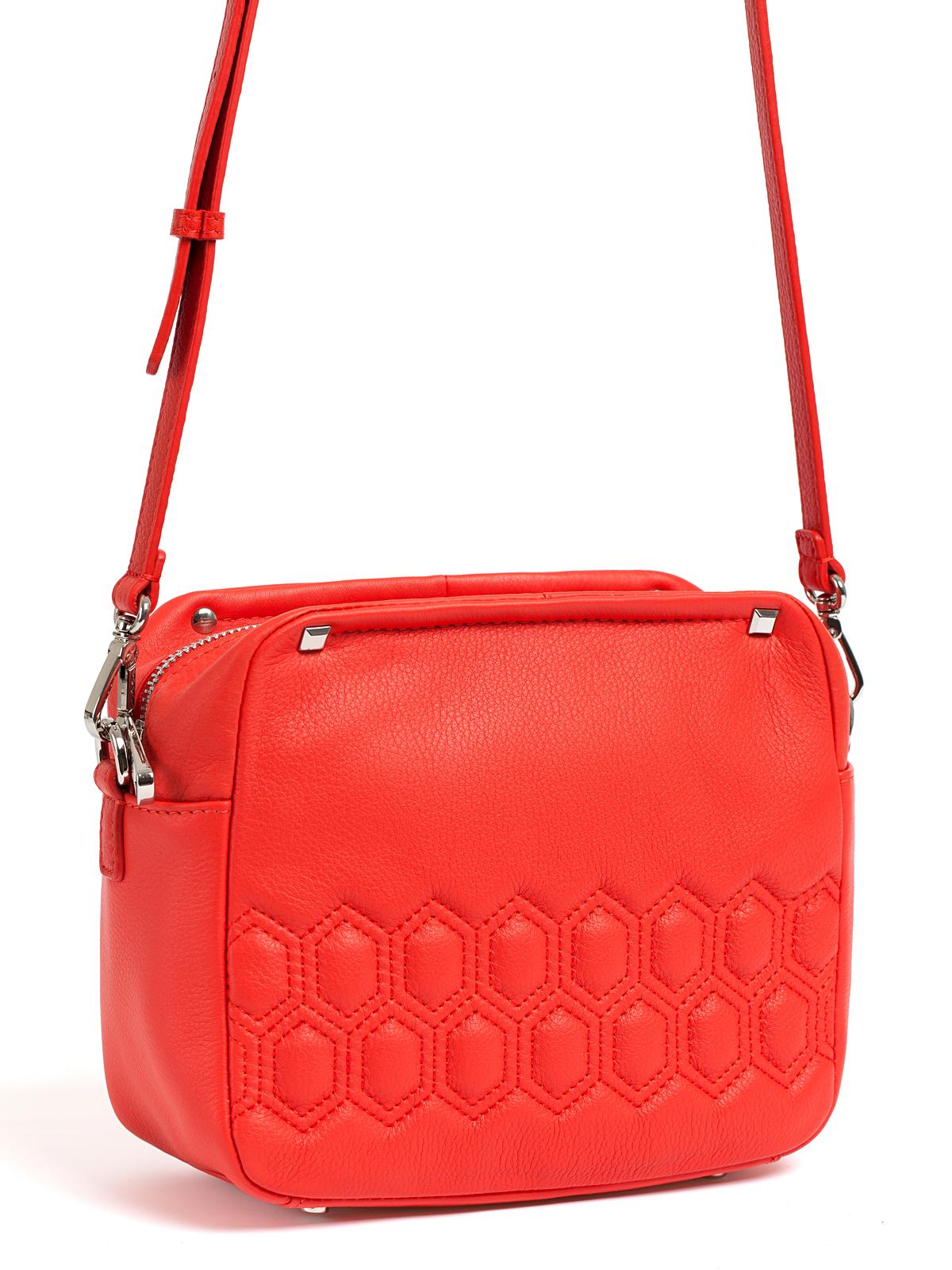 Кожаная сумка красного цвета на длинном ремешкеСумка<br><br>Материал верха: Кожа<br>Материал подкладки: Текстиль<br>Цвет: Красный<br>Дизайн: Италия<br>Страна производства: Китай<br><br>Материал верха: Кожа<br>Материал подкладки: Кожа<br>Цвет: Красный<br>Пол: Женский<br>Размер: Без размера
