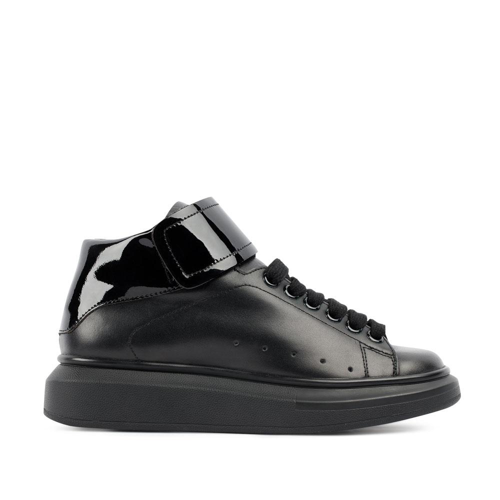 Кожаные кеды черного цвета с вставкой из лакированной кожиКроссовки женские<br><br>Материал верха: Кожа<br>Материал подкладки: Кожа<br>Материал подошвы: Полиуретан<br>Цвет: Черный<br>Высота каблука: 5 см<br>Дизайн: Италия<br>Страна производства: Китай<br><br>Высота каблука: 5 см<br>Материал верха: Кожа<br>Материал подкладки: Кожа<br>Цвет: Черный<br>Пол: Женский<br>Вес кг: 910.00000000<br>Размер: 35