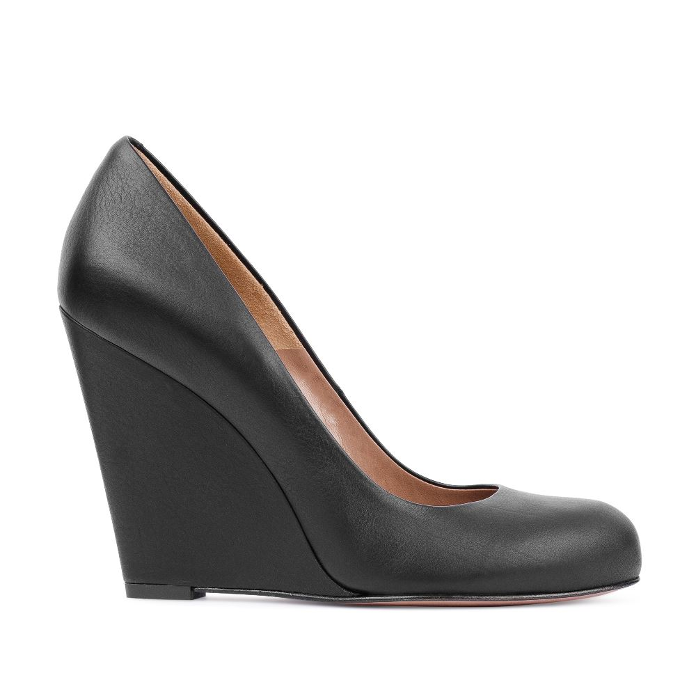 Туфли из кожи черного цвета на танкеткеТуфли<br><br>Материал верха: Кожа<br>Материал подкладки: Кожа<br>Материал подошвы: Кожа<br>Цвет: Черный<br>Высота каблука: 10 см<br>Дизайн: Италия<br>Страна производства: Китай<br><br>Высота каблука: 10 см<br>Материал верха: Кожа<br>Материал подкладки: Кожа<br>Цвет: Черный<br>Пол: Женский<br>Вес кг: 460.00000000<br>Размер: 38.5