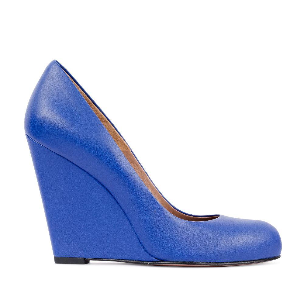 Туфли из кожи кобальтового цвета на танкетке