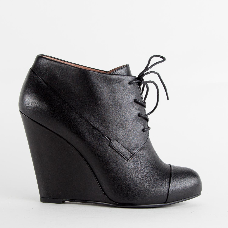 Кожаные ботильоны черного цвета со шнуровкой на танкеткеБотильоны<br><br>Материал верха: Кожа<br>Материал подкладки: Кожа<br>Материал подошвы: Полиуретан<br>Цвет: Черный<br>Высота каблука: 9 см<br>Дизайн: Италия<br>Страна производства: Китай<br><br>Высота каблука: 9 см<br>Материал верха: Кожа<br>Материал подкладки: Кожа<br>Цвет: Черный<br>Пол: Женский<br>Вес кг: 610.00000000<br>Размер обуви: 35