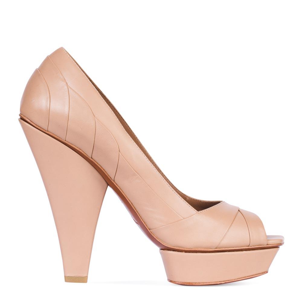 Кожаные туфли пудрового цвета на скошенном каблуке