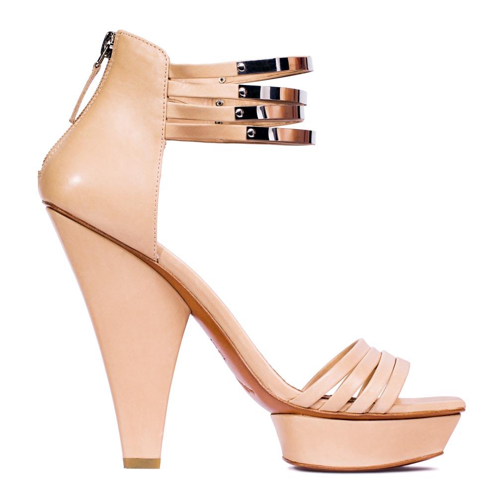 Кожаные босоножки бисквитного цвета с металлическими деталямиТуфли женские<br><br>Материал верха: Кожа<br>Материал подкладки: Без подкладки<br>Материал подошвы: Кожа<br>Цвет: Бежевый<br>Высота каблука: 14 см<br>Дизайн: Италия<br>Страна производства: Китай<br><br>Высота каблука: 14 см<br>Материал верха: Кожа<br>Цвет: Бежевый<br>Пол: Женский<br>Вес кг: 1.00000000<br>Размер: 39