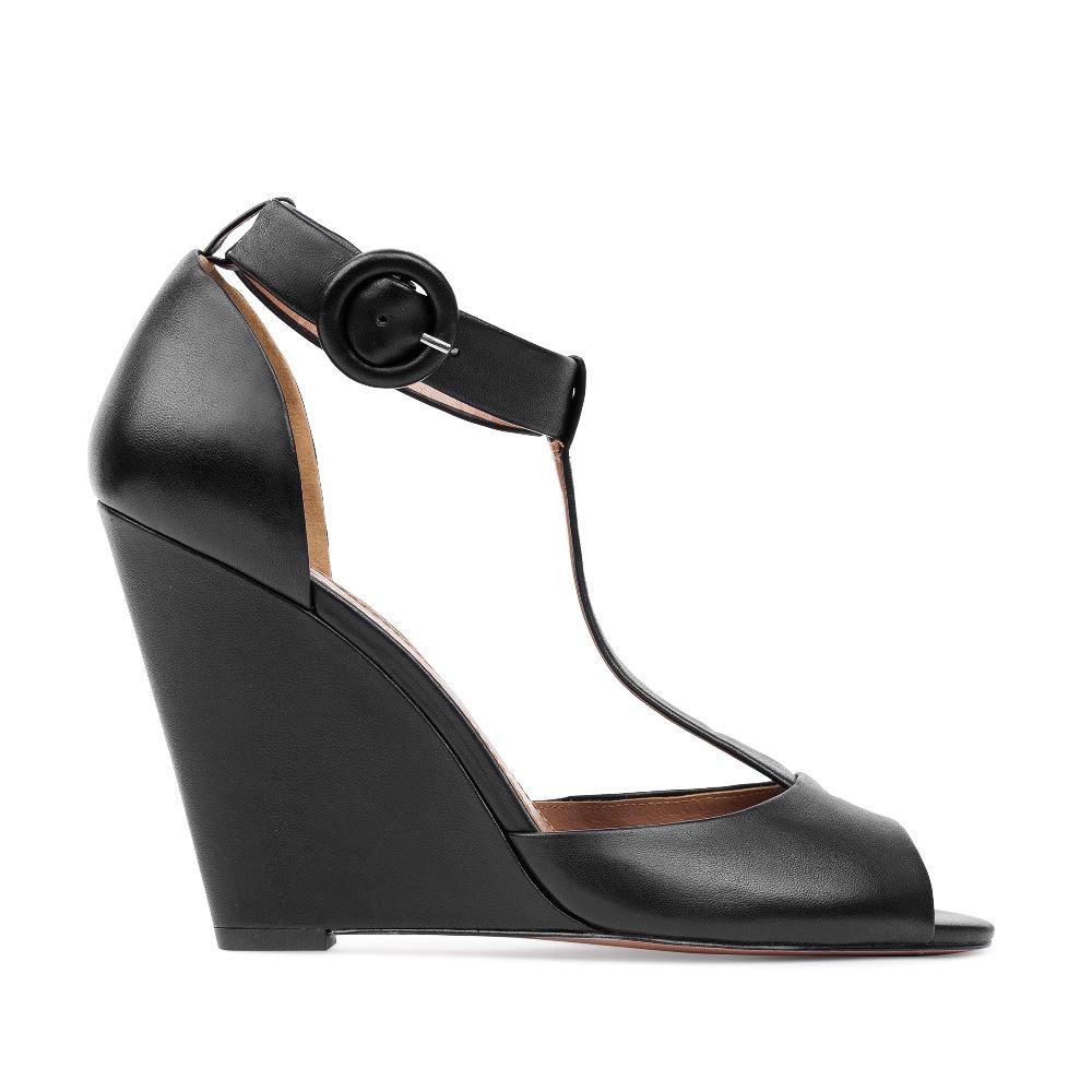 Кожаные туфли черного цвета на танкетке с ремешком