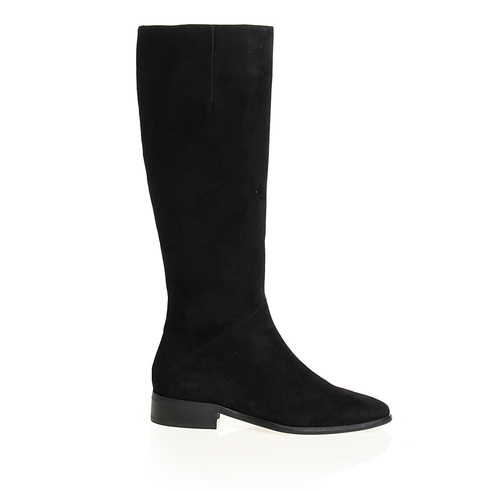 Замшевые сапоги черного цвета на низком каблукеСапоги женские<br><br>Материал верха: Замша<br>Материал подкладки: Кожа<br>Материал подошвы: Кожа + Резина<br>Цвет: Черный<br>Высота каблука: 3 см<br>Дизайн: Италия<br>Страна производства: Китай<br><br>Высота каблука: 3 см<br>Материал верха: Замша<br>Материал подкладки: Кожа<br>Цвет: Черный<br>Пол: Женский<br>Вес кг: 1.76000000<br>Размер обуви: 37**