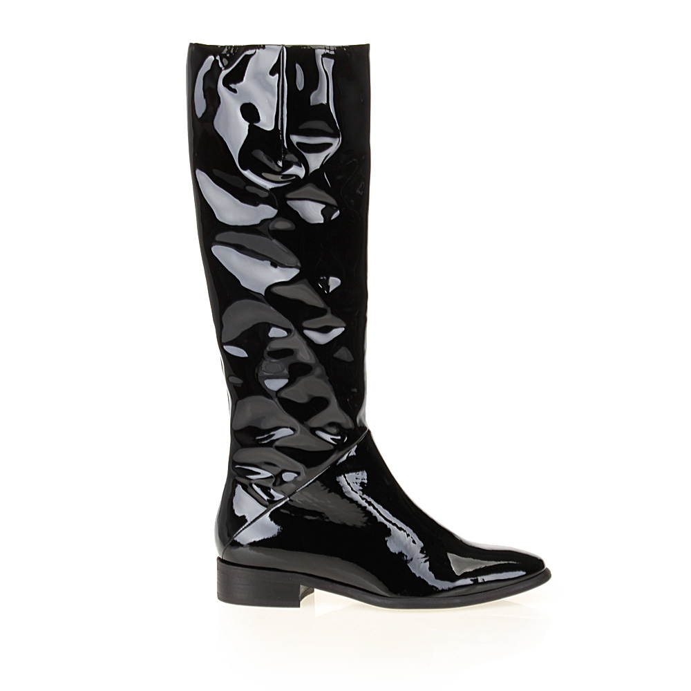 Сапоги из лакированной кожи черного цвета на невысоком каблуке