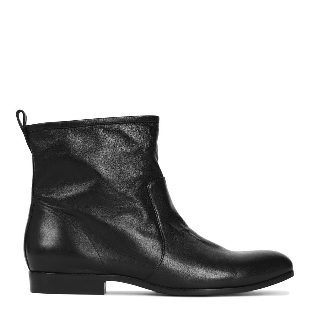 Кожаные полусапоги черного цвета на низком каблукеПолусапоги женские<br><br>Материал верха: Кожа<br>Материал подкладки: Кожа<br>Материал подошвы: Полиуретан<br>Цвет: Черный<br>Высота каблука: 1 см<br>Дизайн: Италия<br>Страна производства: Китай<br><br>Высота каблука: 1 см<br>Материал верха: Кожа<br>Цвет: Черный<br>Пол: Женский<br>Вес кг: 1.12000000<br>Размер обуви: 36**
