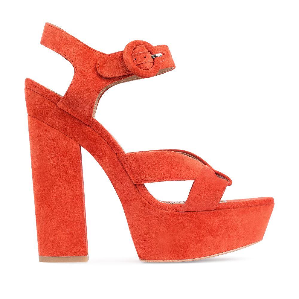 Босоножки из замши оранжевого цвета на широком каблуке