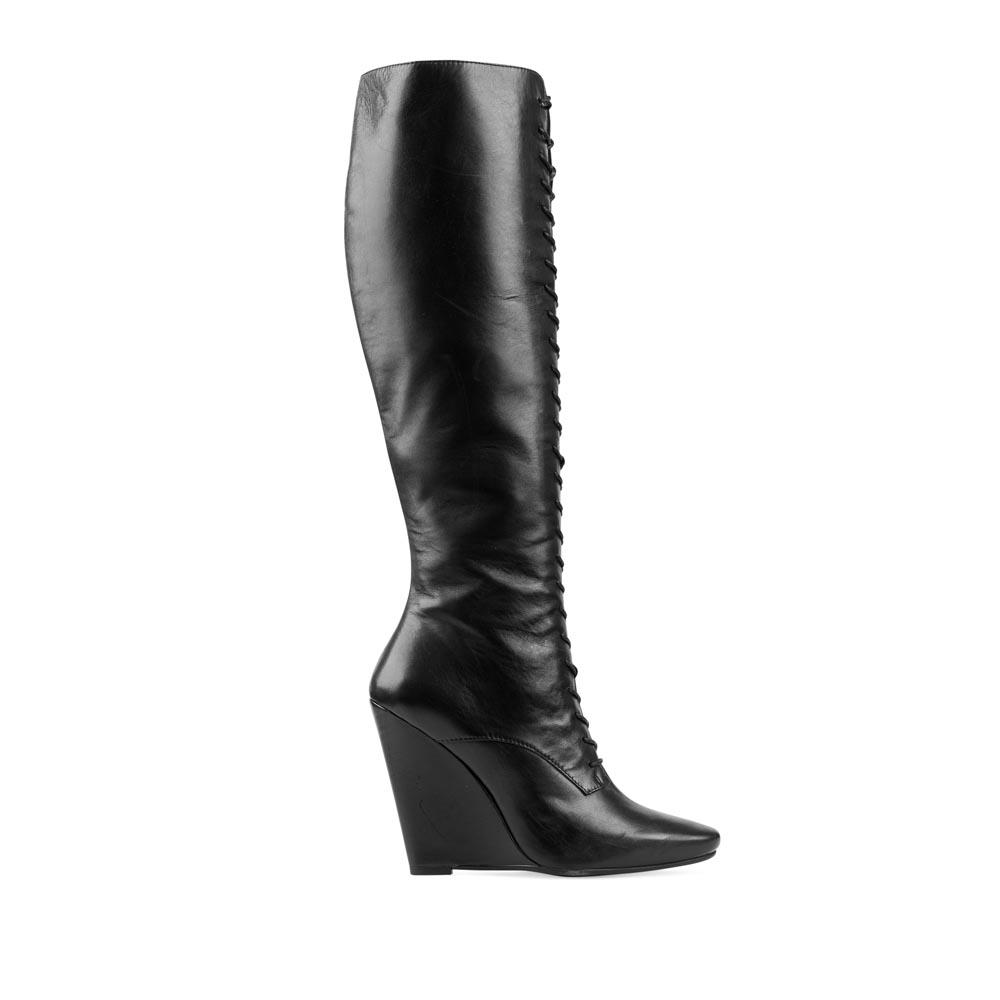 Кожаные сапоги черного цвета на танкетке с высокой шнуровкойСапоги женские<br><br>Материал верха: Кожа<br>Материал подкладки: Кожа<br>Материал подошвы: Резина<br>Цвет: Черный<br>Высота каблука: 10 см<br>Дизайн: Италия<br>Страна производства: Китай<br><br>Высота каблука: 10 см<br>Материал верха: Кожа<br>Материал подкладки: Кожа<br>Цвет: Черный<br>Пол: Женский<br>Вес кг: 1.92000000<br>Размер обуви: 36.5