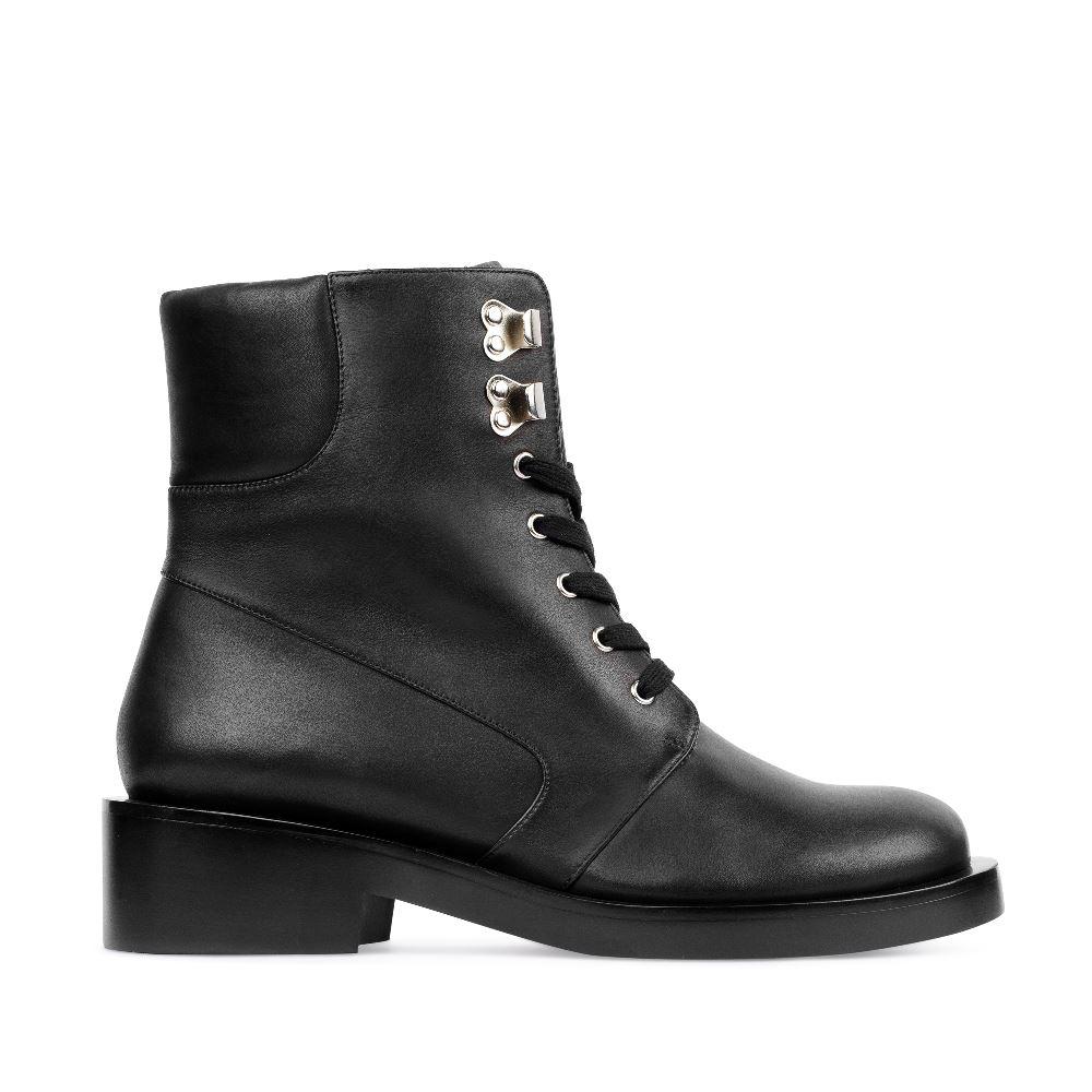 Высокие ботинки из кожи на шнуровке черного цветаПолусапоги<br><br>Материал верха: Кожа<br>Материал подкладки: Текстиль<br>Материал подошвы: Кожа<br>Цвет: Черный<br>Высота каблука: 4 см<br>Дизайн: Италия<br>Страна производства: Китай<br><br>Высота каблука: 4 см<br>Материал верха: Кожа<br>Материал подкладки: Текстиль<br>Цвет: Черный<br>Пол: Женский<br>Вес кг: 1220.00000000<br>Размер: 38